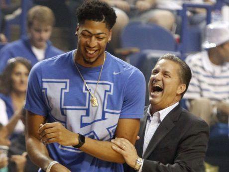 John Calipari bromea junto a Anthony Davis, pieza clave en el triunfo de su universidad en la temporada 2011-2012