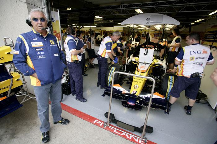 Flavio Briatore, delante del garaje de Renault