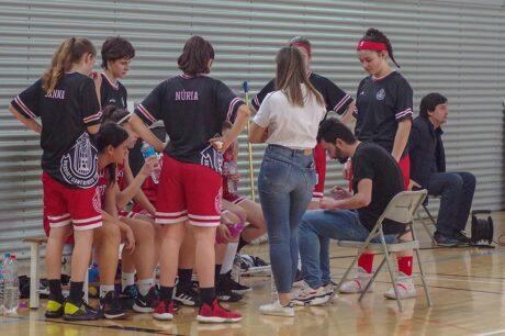 Marc dirigiendo a su equipo del Femení Cantaires de Tortosa