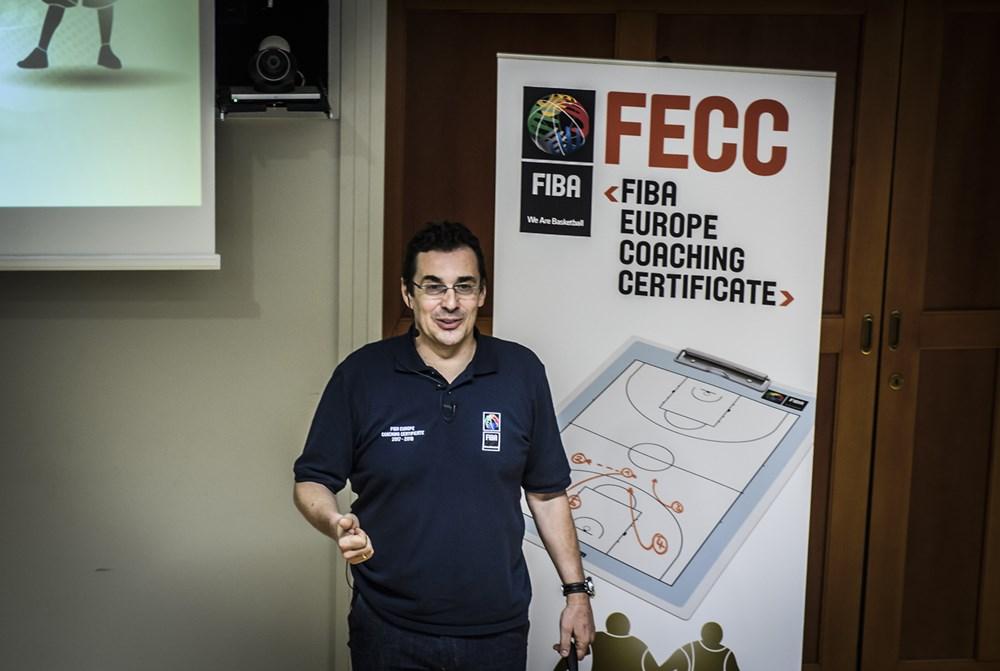 Coach Trunic durante una de las exposiciones en El FIBA Europe Coaching Certificate course