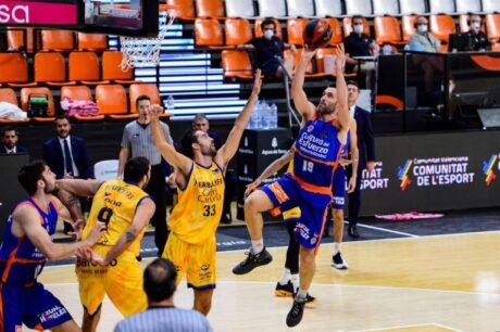 Fernando San Emeterio elevándose sobre una sola pierna en el partido decisivo ante Herbalife