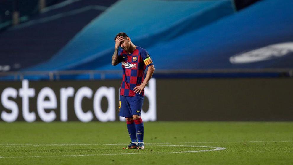 Messi con la mano en la cabeza tras la derrota contra el Bayern de Munich