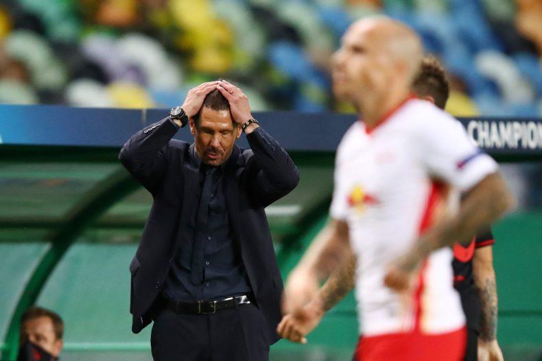 Simeone con dos manos en la cabeza en un partido de Champions League