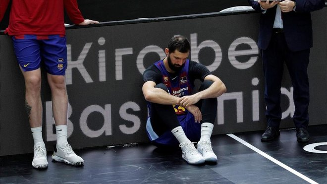 Mirotic desolado en el suelo tras perder la final de la liga ACB