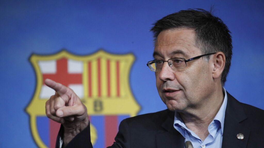 Bertomeu, presidente del F.C. Barcelona señalando con el dedo en una rueda de prensa.