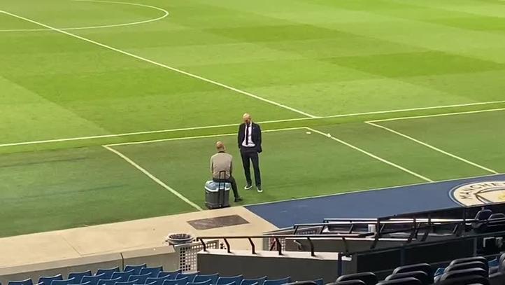Guardiola y Zidane hablando de fútbol tras la derrota del entrenador francés.