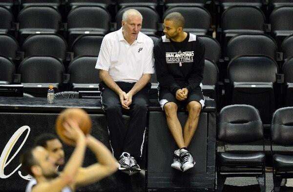 Gregg Popovich charla con Tony Parker durante la final de 2013