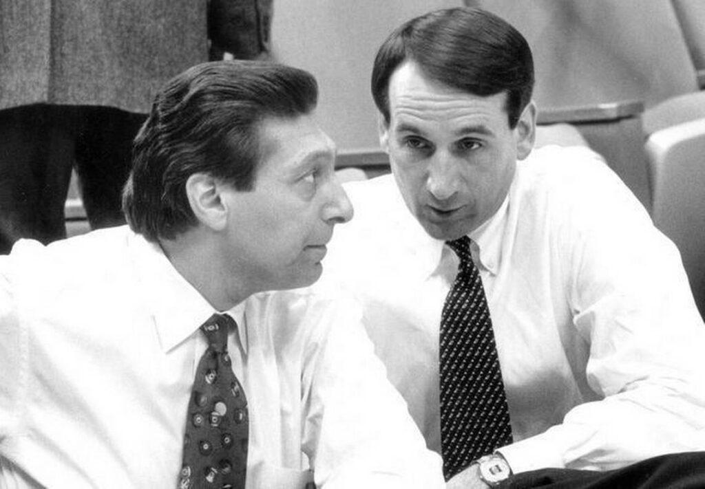 Coach K y Jim Valvano, unidos por la rivalidad y el amor al baloncesto hasta que la muerte del segundo los separó. Coach K: entrenar, enseñar, liderar
