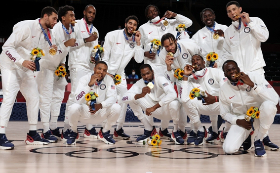 El equipo norteamericano posa para los medios exhibiendo la medalla de oro olímpica. Imagen de bolavip.com 4 conceptos del Team USA para cadetes
